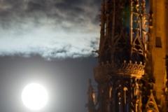 La lune se lève sur l'ombre tutélaire de la cathédrale