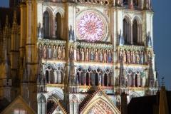 A la tombée de la nuit, la polychromie des portails de la Cathédrale Notre-Dame d'Amiens redonne vie aux saints, apôtres et autres figures sculptés dans la pierre au XIIIème siècle