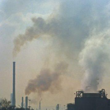 Fumées multicolores prouvant combien le site polluait son environnement